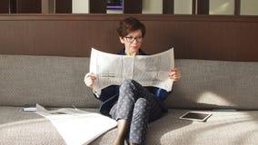 Positiv tidning för innehav för affärskvinna och vila efter arbete stock video