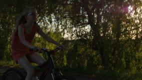 Positiv tonårig flicka som tycker om bygd på cykeln stock video