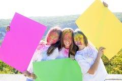 Positiv und nett Verr?ckte Hippie-M?dchen Sommerwetter buntes Neonfarbenmake-up Gl?ckliche Jugendpartei opportunist stockfoto