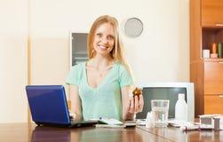 Positiv ung kvinna som läser om läkarbehandlingar Fotografering för Bildbyråer