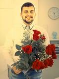 Positiv ung man som går att gratulera kvinnan fotografering för bildbyråer