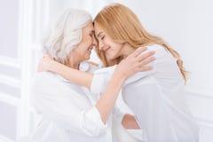 Positiv vuxen kvinna och hennes moter som uttrycker förälskelse Royaltyfri Foto