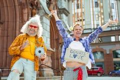 Positiva aktiva hippier som känner sig enkelt otroliga Royaltyfria Foton