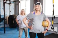 Positiva aktiva kvinnor som spelar sportlekar royaltyfria foton