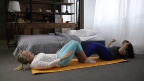 Positiva kvinnor som övar göra sitta-UPS hemma stock video