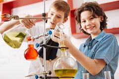Positiva nyfikna pojkar som besöker en vetenskaplig klubba Fotografering för Bildbyråer