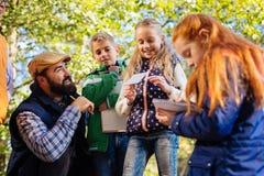Positiva smarta barn som tycker om en utomhus- kurs arkivfoto