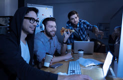 Positiva stiliga programmerare som har gyckel royaltyfri fotografi