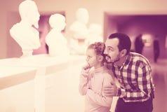 Positiva undersökande statyer för fader och för dotter Royaltyfri Fotografi