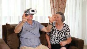 Positive ältere Paare, die herauf Gläser der virtuellen Realität versuchen stock video footage