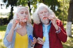 Positive ältere Paare, die sich amüsieren lizenzfreies stockbild