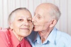 Positive ältere Paare glücklich lizenzfreie stockbilder