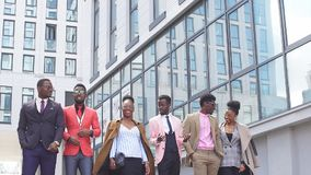 Positive afrikanische Designer gehen zur Teilnahmemodedarstellung stock video