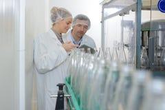 Positive Angestelltprüfungszahlflaschen an der Fabrik Stockbilder