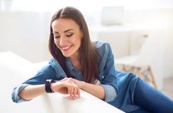 Positive attraktive Frau, die auf der Couch stillsteht stockbilder