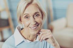Positive begeisterte Blondine, die ihre Gefühle demonstriert stockfotografie