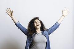 Positive begeisterte Frau, die Hände anhebt lizenzfreie stockfotografie