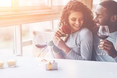 Positive begeisterte Paare, die romantische Stimmung haben stockbild