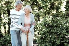 Positive begeisterte Paare, die Zeit im Park verbringen lizenzfreie stockfotografie