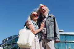 Positive begeisterte Paare, welche die Ansicht genießen stockfotografie