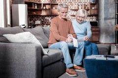 Positive begeisterte Pensionäre, die Berechnungen tun lizenzfreie stockbilder