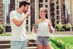 Positive begeisterte weibliche Person, die ihren Partner betrachtet stockfotos