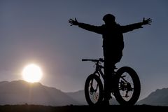 The cyclist who says goodbye to the sun stock images