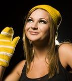 Positive blonde Frau im Hut und in den Handschuhen Lizenzfreie Stockbilder