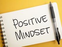 Positive Denkrichtung, Motivwort-Zitat-Konzept lizenzfreie stockbilder