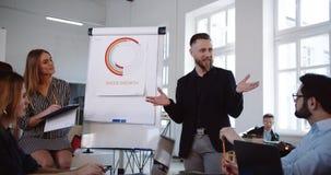 Positive erfolgreiche Mitte alterte den Geschäftsmann, der das moderne Büroseminar führt und sprach mit multiethnischen Unternehm stock video footage