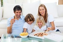 Positive Familie, die Pizzas isst stockbilder