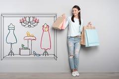 Positive Frau, die Papiertüten hält und glücklich schaut lizenzfreies stockbild