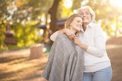 Positive Frau, die reife Tochter im Park umarmt Lizenzfreie Stockfotografie
