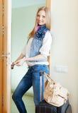 Positive Frau   loocking Tür Stockbild