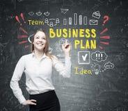 Positive Frau und bunter Unternehmensplan Lizenzfreies Stockfoto