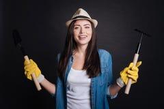 Positive Frau, welche die Gartenarbeit genießt stockfotografie