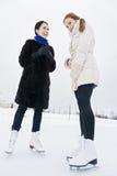 Positive Frauen auf Eisbahn lizenzfreies stockbild