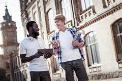 Positive frohe Studenten, die einander betrachten Stockfoto