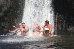 Positive Gefühle beim Baden in einem Wasserfall Lizenzfreie Stockfotografie
