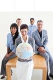 Positive Geschäftsleute, die ein terrestrisches glo anhalten Stockfotos