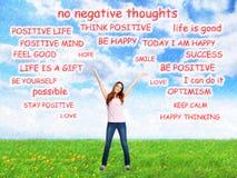 Positive glückliche Frau auf abstraktem Hintergrund lizenzfreie stockfotos