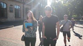 Positive Gruppe Studenten, die sich auf dem Campus treffen stock footage