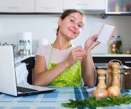 Positive Hausfrau mit Notizblock Lizenzfreie Stockfotografie