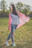 Positive Hippie-Frau im Park Stockfoto