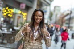 Positive junge Frau in der Stadt stockfoto
