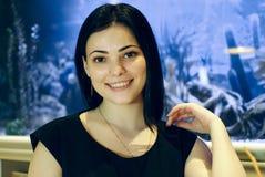 Positive junge Frau, die an der Kamera lächelt Stockfotografie