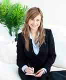Positive junge Geschäftsfrau, die das Anmerkungslächeln nimmt Lizenzfreies Stockbild