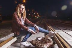 Positive kaukasische Frau in der Lederjacke und in den Blue Jeans Lizenzfreie Stockfotografie