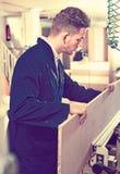 Positive Kerlfestlegungsspanplatte auf Tabelle an der Werkstatt Stockfoto