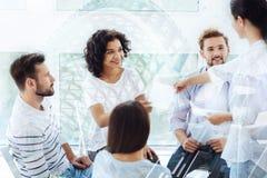 Positive Kollegen, die Übungen mit Psychologen tun Lizenzfreies Stockbild